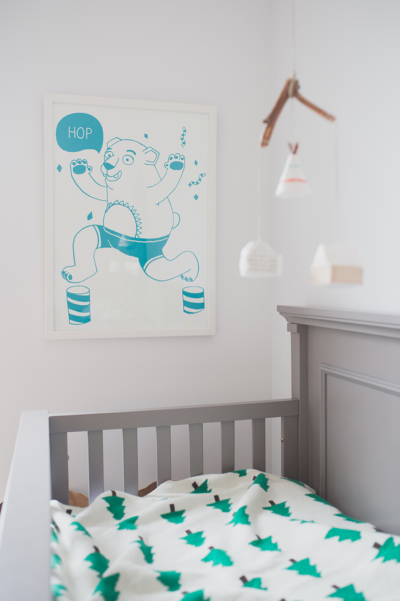 Péa les maisons. Beautiful details for kids rooms decor with an outdoor theme : a bear poster that lights up at night, an igloo-teepee-cabin mobile and a forest blanket