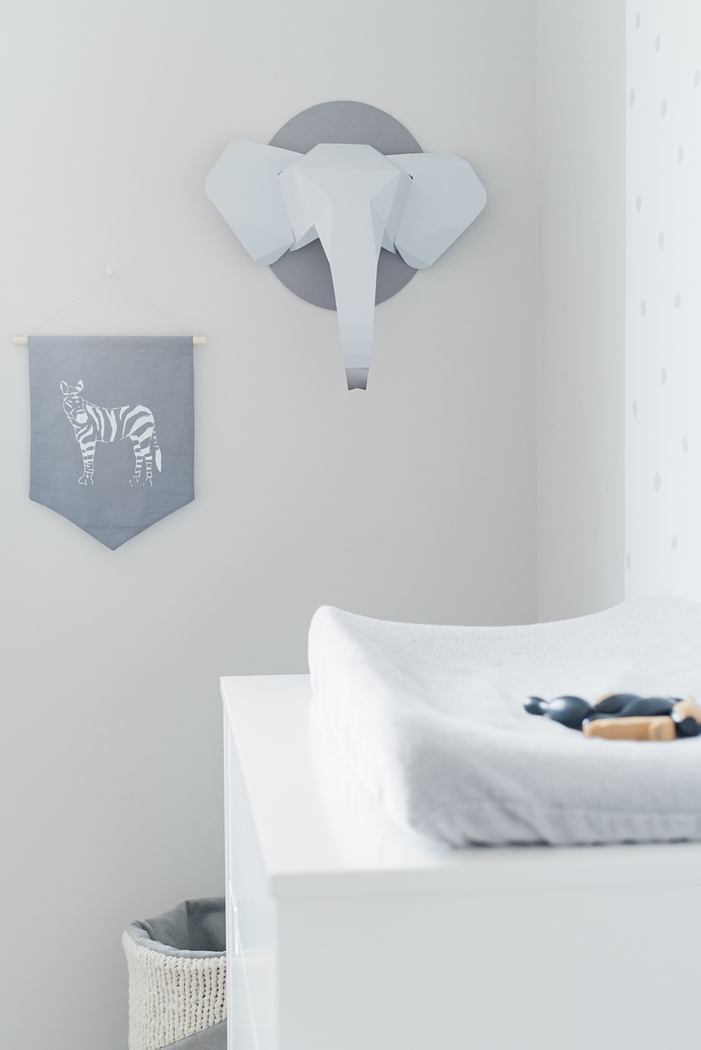 Péa les maisons. Pretty details in grey : a handmade basket, a zebra banner and an origami elephant head wall decor