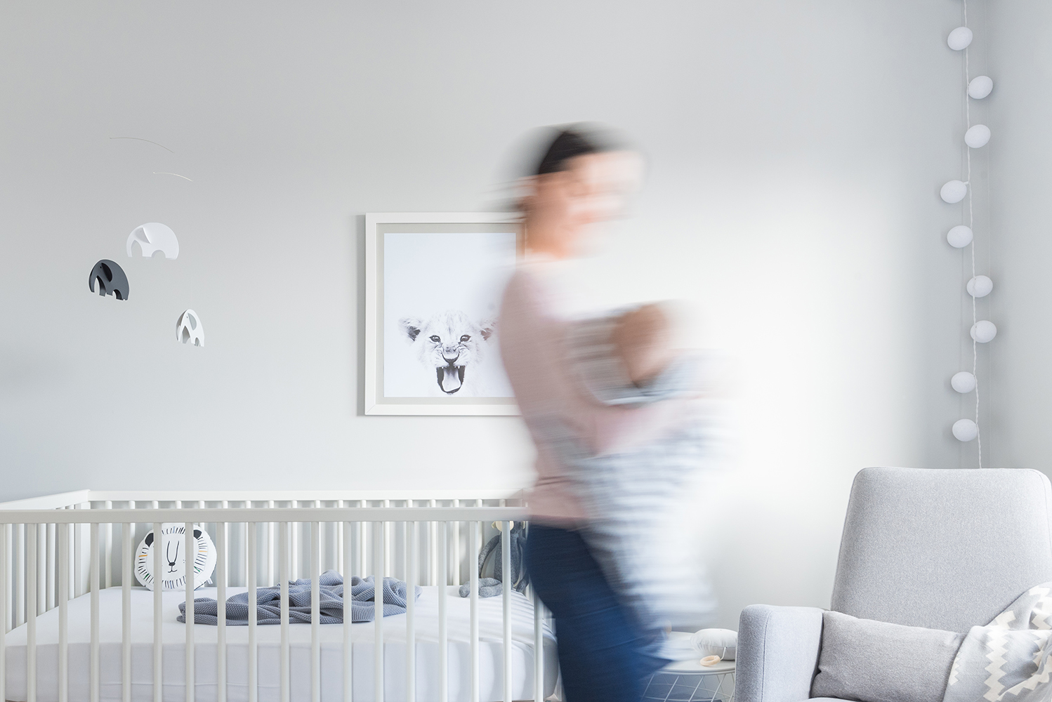 Péa les maisons. A cozy, sun-filled, minimalist, monochrome, gender neutral and timeless baby boy nursery room