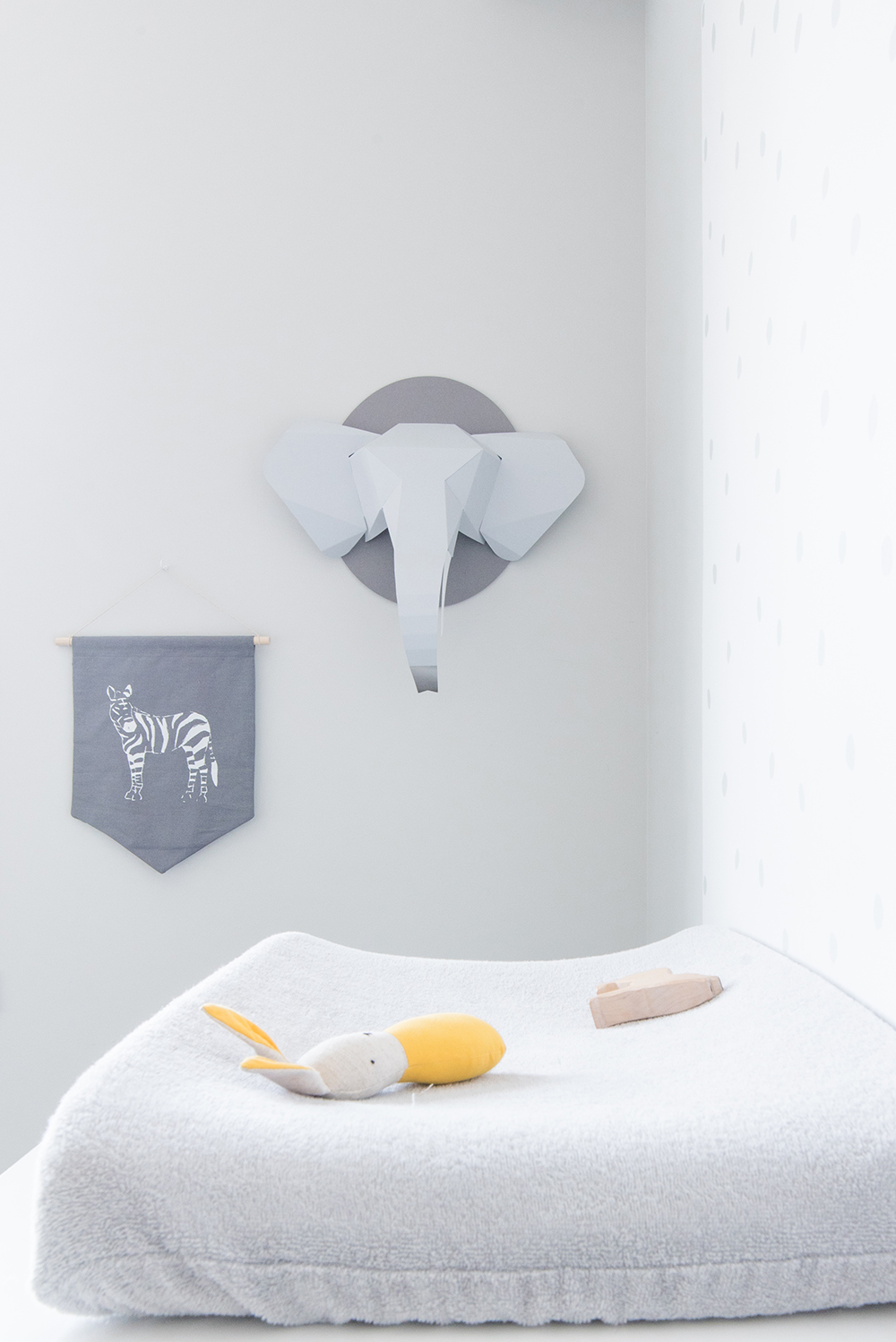 Péa les maisons. Changing table organization ideas with wall stickers and amazing wall decorations (zebra and elephant)