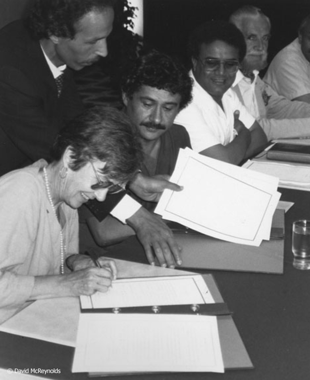 Virginia Baron and Abdul Ati El-Obeidi, President of the Libyan Arab Committee for Solidarity and Peace, signing a Memorandum of Understanding written by the delegations at the end of the tour.