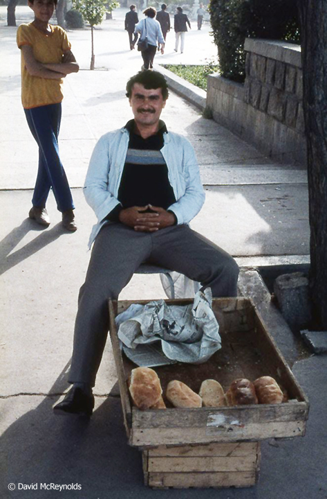SU1987-man-sells-bread_web.jpg