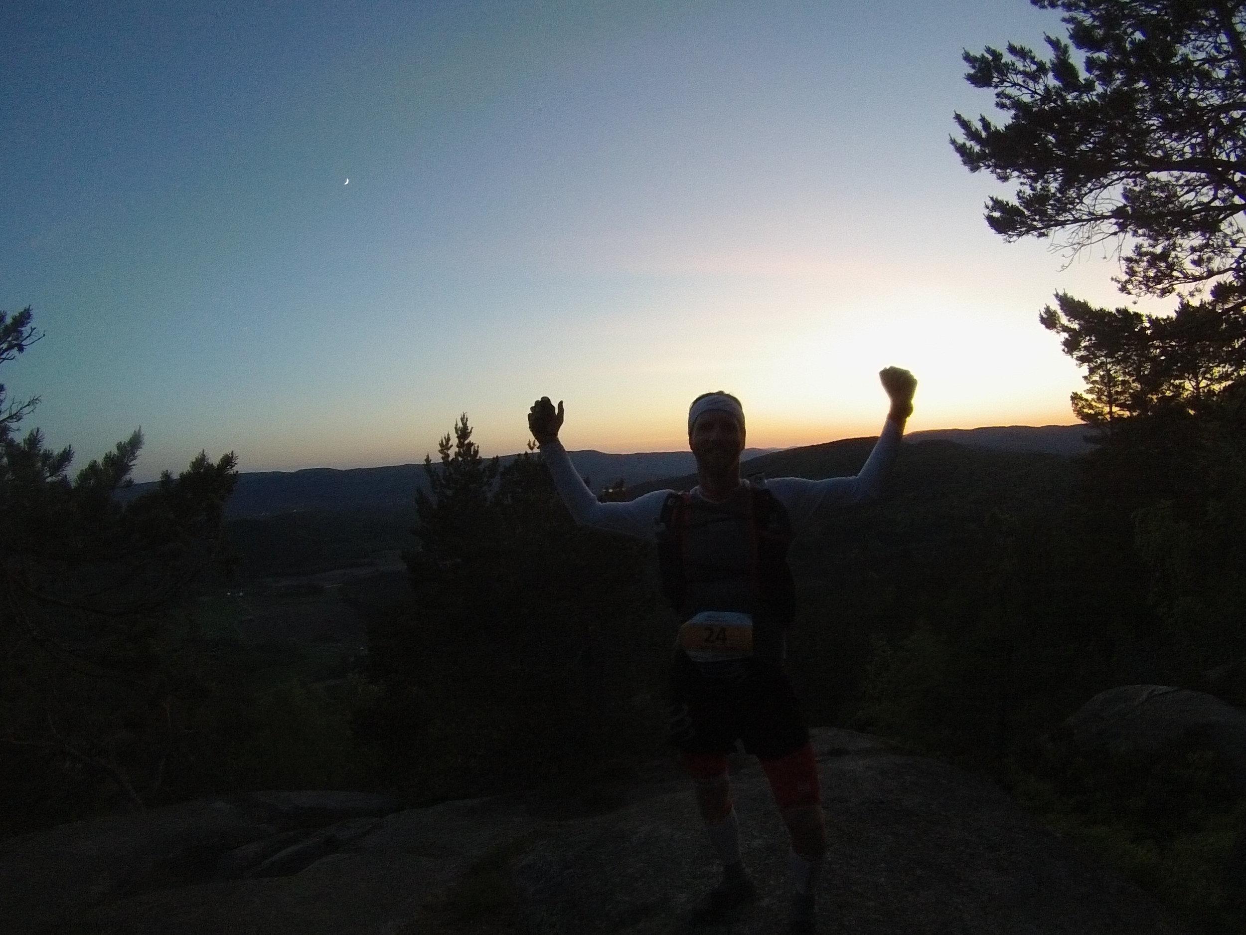 Ultraløper i solnedgang, snart ved toppen av Hvittingen 🏃♂️🌅