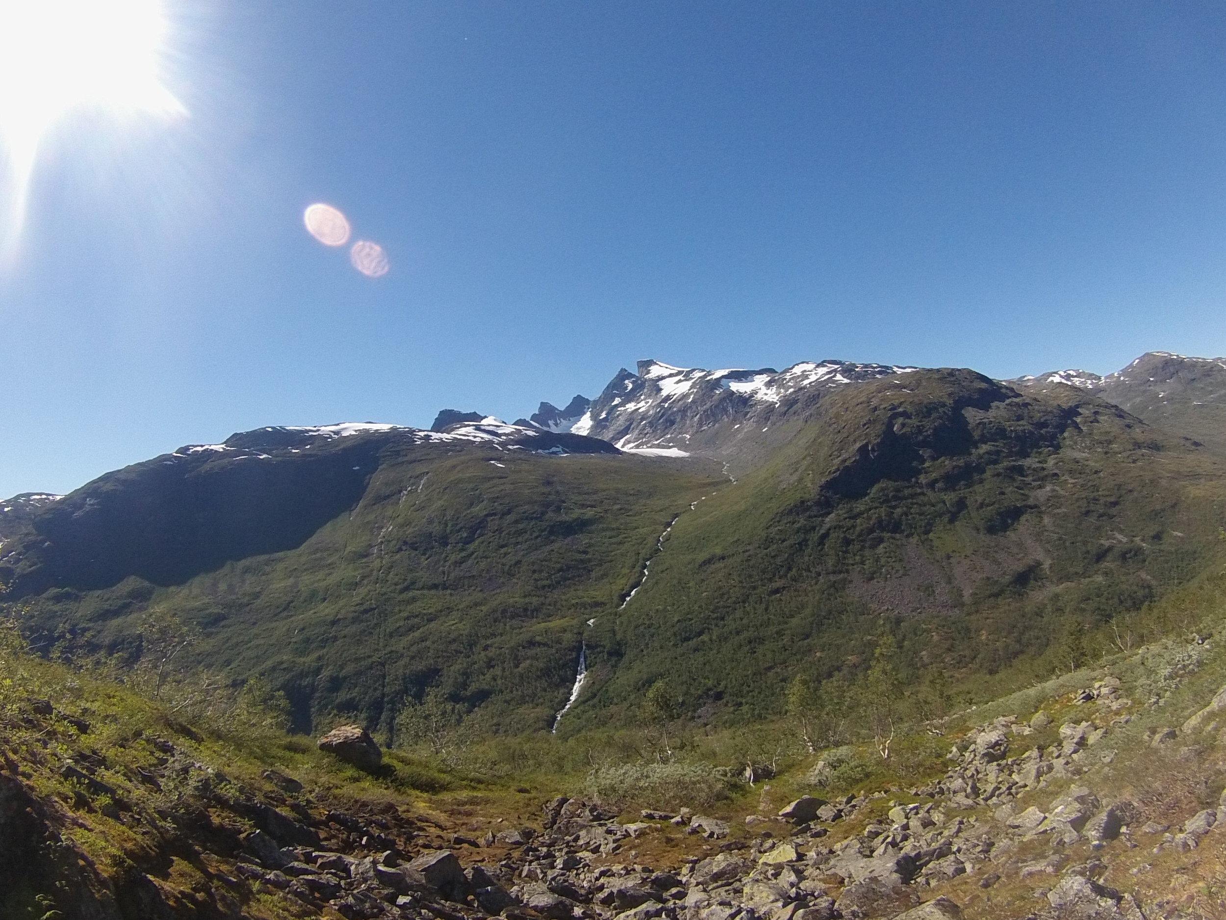 Maradalen med Maradalsbreen, Maradalstindane, Sentraltinden, Styggedalstindane og Gjertvasstind.