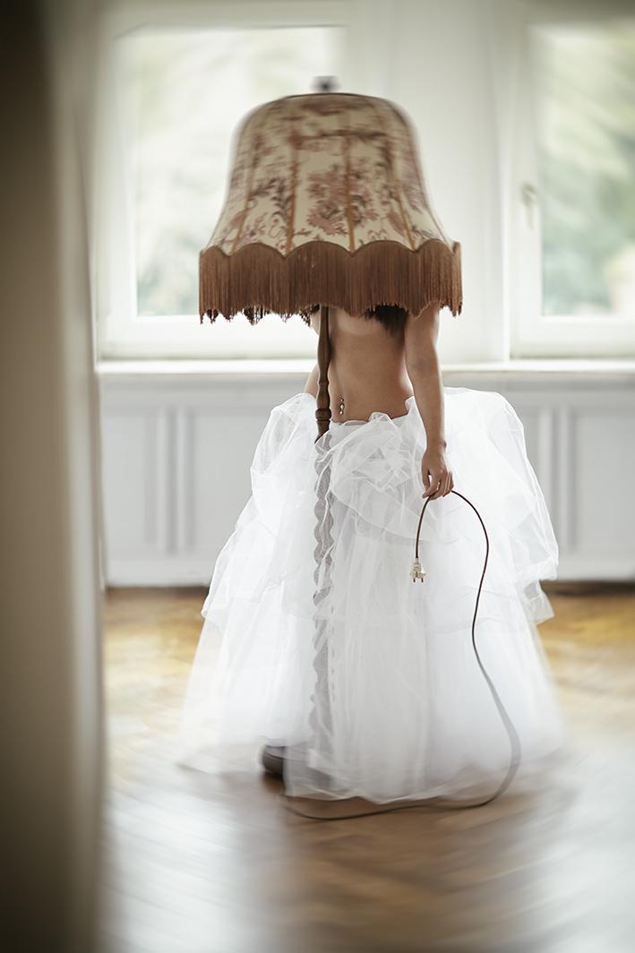Portrait-Frau-steht-unter-Lampenschirm-nude