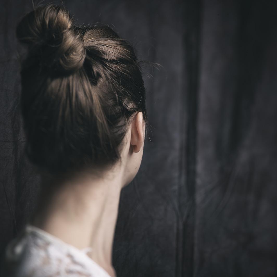 Frau-mit-blonden-Haaren-Rücken-sichtbar