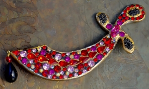 """Surreal Bijoux BillyBoy*, broche """"Cimeterre"""" en résine peinte et dorée avec strass Swarovski et """"Caviar de perles"""",1987."""