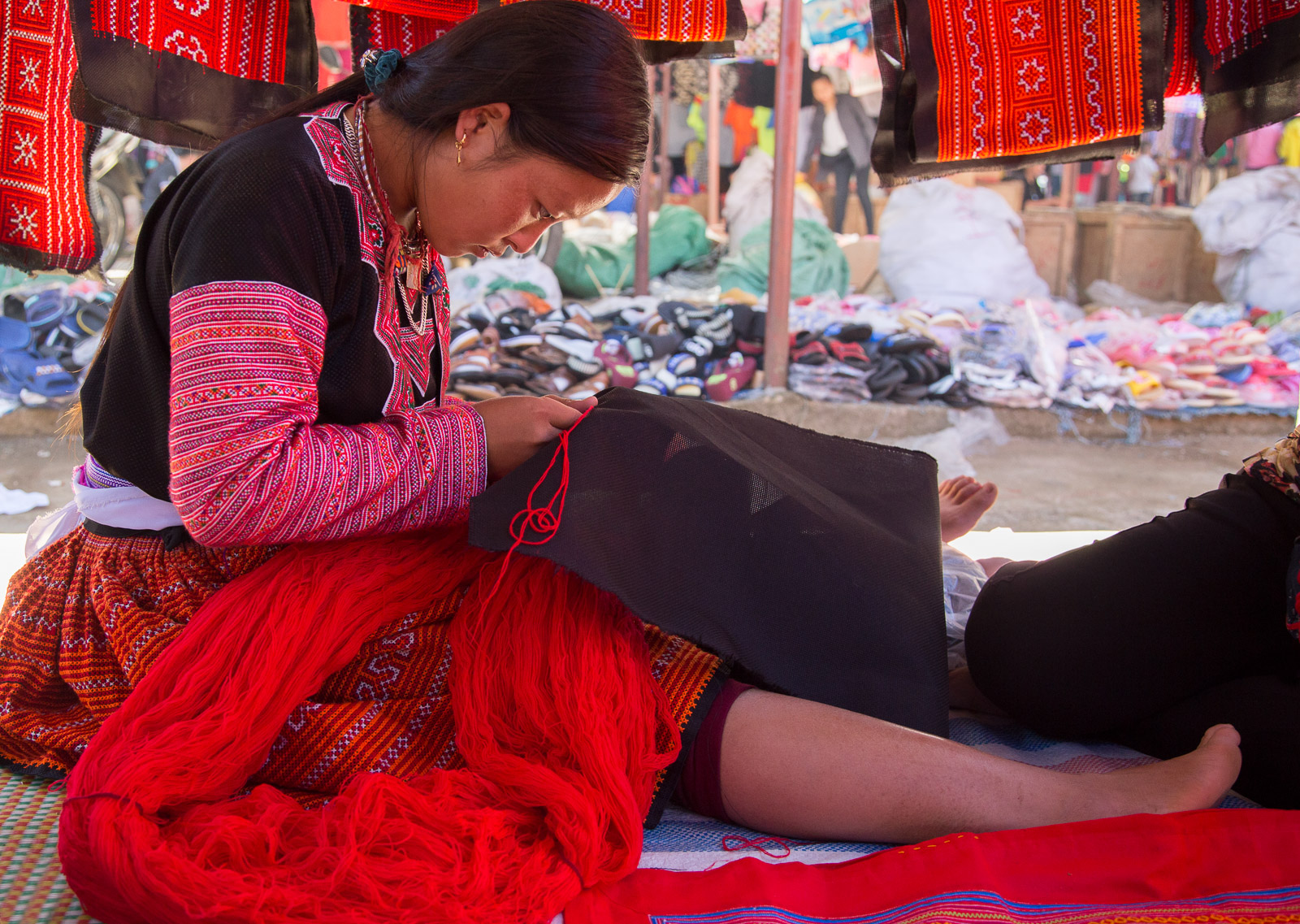 The Hmong Paco Sunday markets. Although they speak the same language, Hmong people identify here as two tribes: the red and the blue, distinguished by the colour of their clothing.