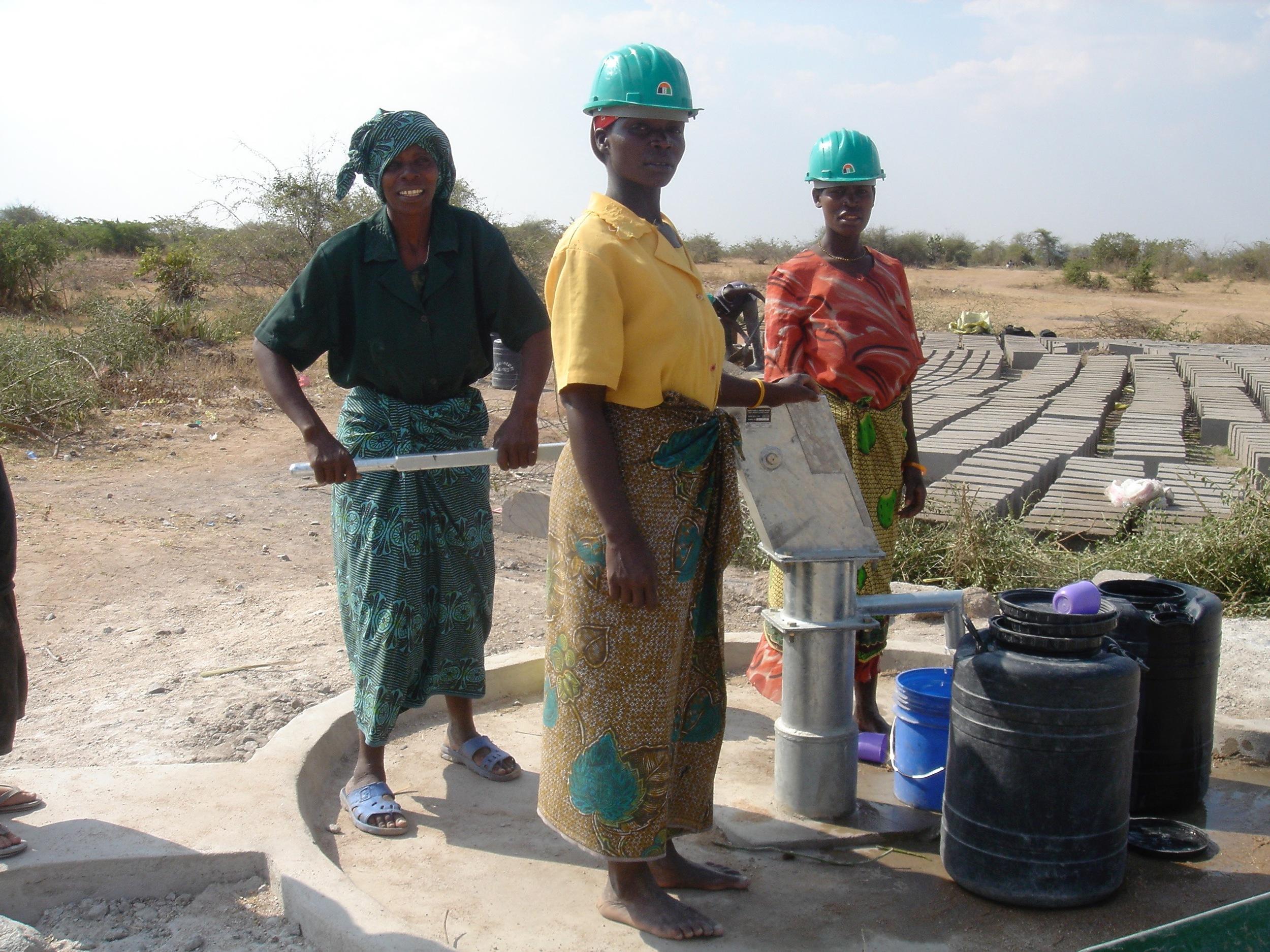 3 women Ntulya well.jpg