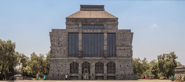 Puis nous explorerons un musée fabriqué essentiellement en roche volcanique, érigé par Diego Rivera pour exposer les objets préhispaniques qu'il a collectionné tout au long de sa vie.