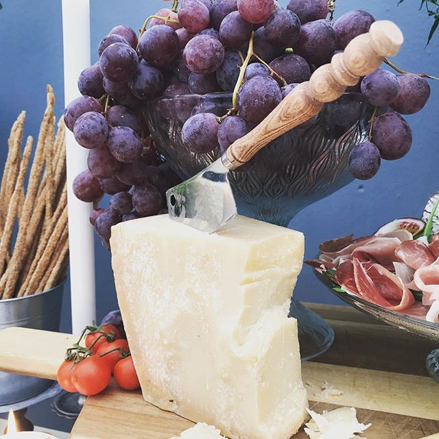 Chunks of Parmesan! Best combo is with a drizzle of Swiss Forrest honey. The sharpness of the cheese and the sweet piney & woody honey 🍯. #nourishedbyotillie #hochzeitdekoration #grazingtables #grazingtable #apero #parmesan #zug #luzernisst #foodporn #cheese #cheeselover #foodphotography