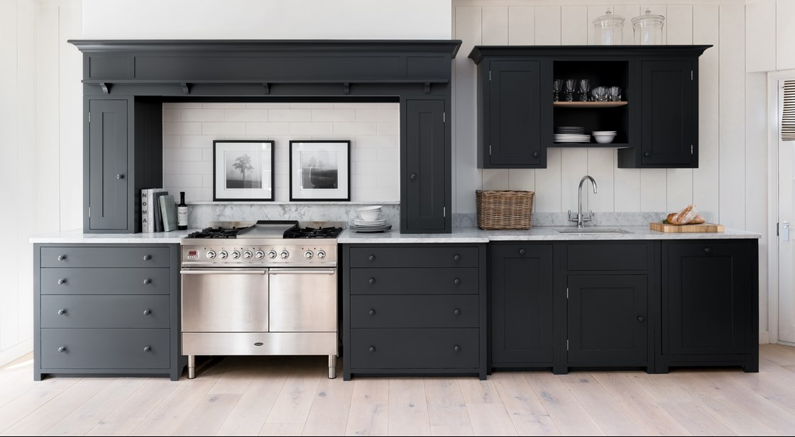 Neptune Suffolk Range – Handcrafted solid wood hand painted dark kitchen units with gas oven and hob