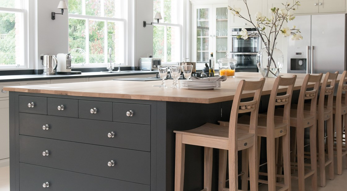 Neptune Suffolk Range – Large central kitchen unit with oak worktop and breakfast bar with stools