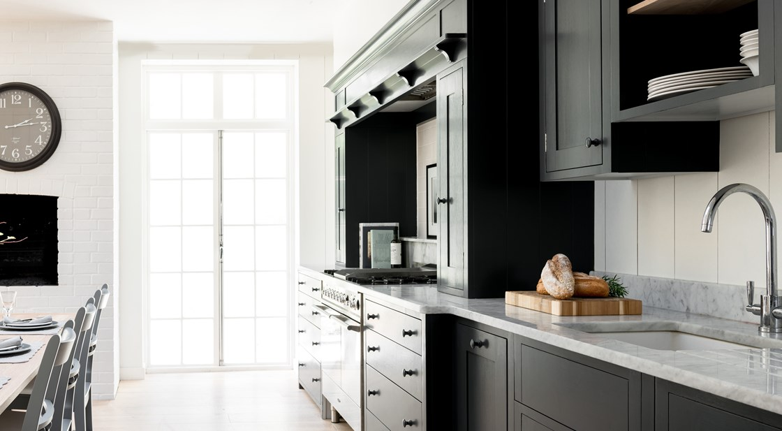 Neptune Suffolk Range – Open plan layout handcrafted kitchen units, painted in dark Farrow & Ball paint with gas oven and hob