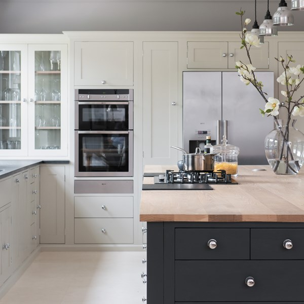 Neptune Suffolk Range – Classic simple kitchen layout with open plan diner, gas hob and glass cabinet with fridge freezer