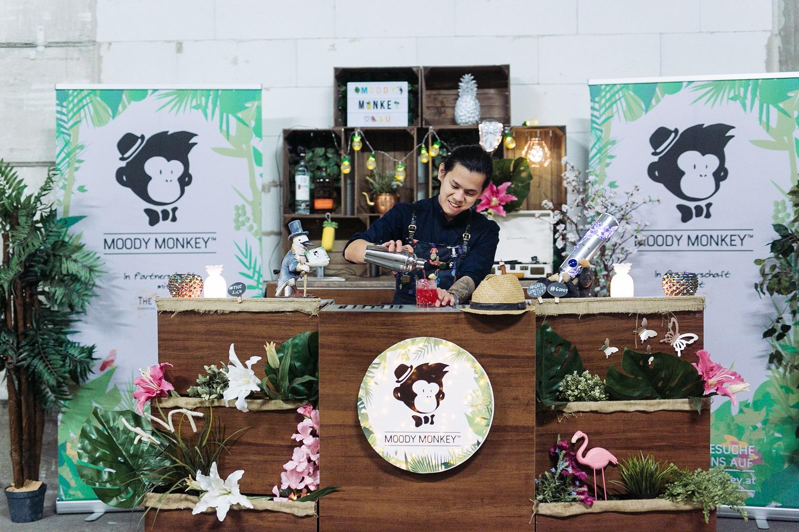 Liebevoll durch Handarbeit angefertigt, ist unsere mobile Bar mit ihrem verspielten und kreativen Design der Hingucker auf Deiner Hochzeit, Deinem Geburtstag oder Deiner Sponsionsfeier und bietet Dir und Deinen Gästen ein unvergessliches Erlebnis.