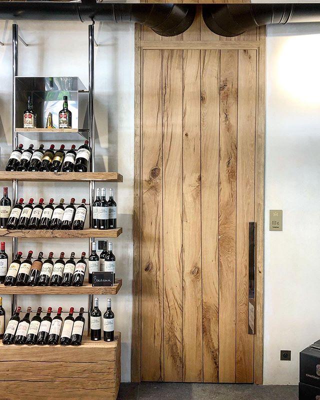 #doors #woodworking #decorationinterieur #decoration #chenefrancais #frenchoak #artisanat #portechenemassif #oak #chene #boiserie #architecturephotography #architecture #design #texture #chateaudelagaude #aixmaville #inoxpoli #vin #winetasting at @chateaudelagaude with @studiofremont 's design