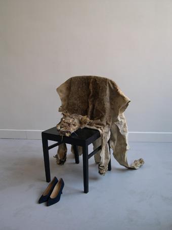 Shaper Shifter,  2005  Chair, lion skin, high fashion shoes  A text is engraved on one of the soles of the shoes: Quand l'univers s'abîmera dans la destruction, Loki triomphera avec un éclat de rire diabolique.