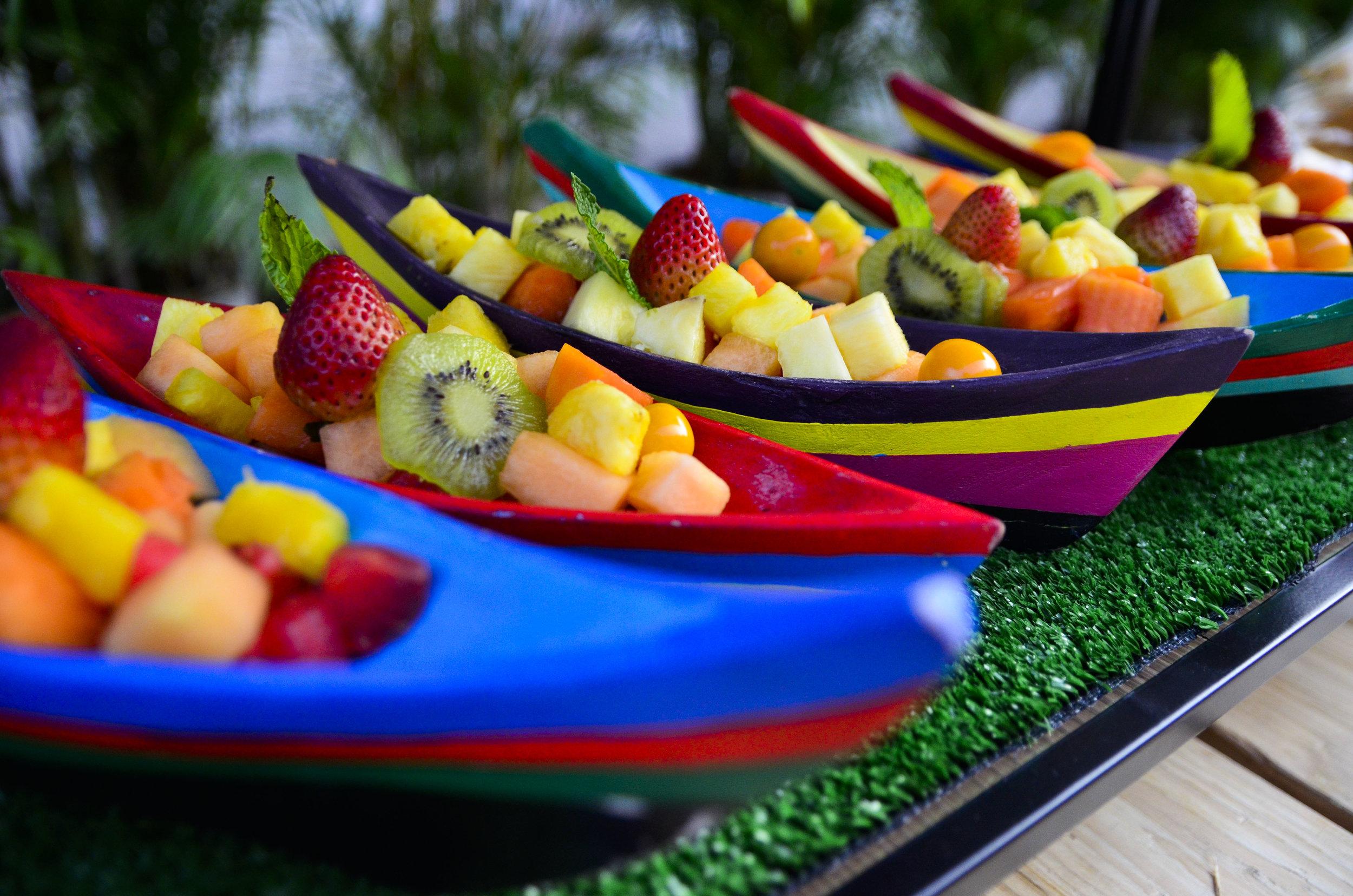 SIGNATURE Canoas de Barú con Frutas Tropicales para dar la bienvenida a los invitados en la Plaza de la Proclamación.