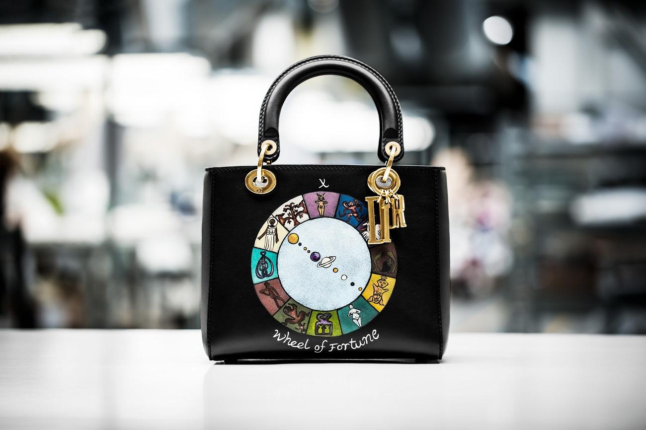 Bolsa da  Dior  que vi em Barcelona com a carta da Roda da Fortuna do  Tarot , incluindo os 12 signos do zodíaco. Linda demais!