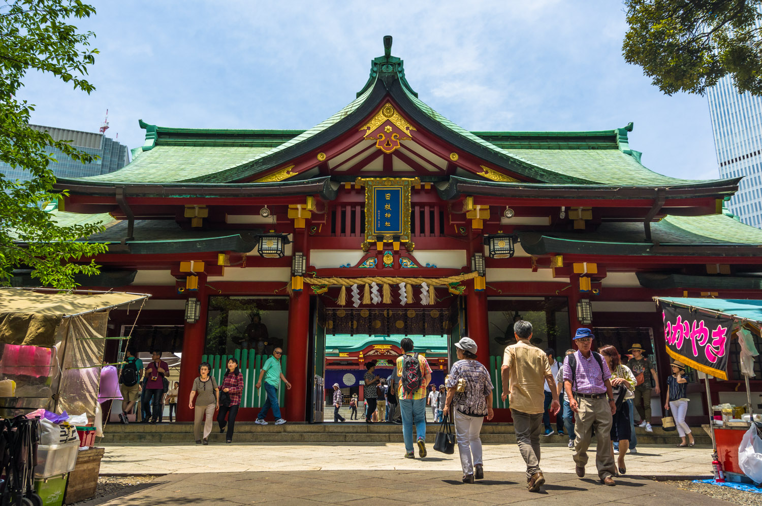 One of the side entrances to Hie shrine - I had to wait ages here to get this shot as so many people want this one too!