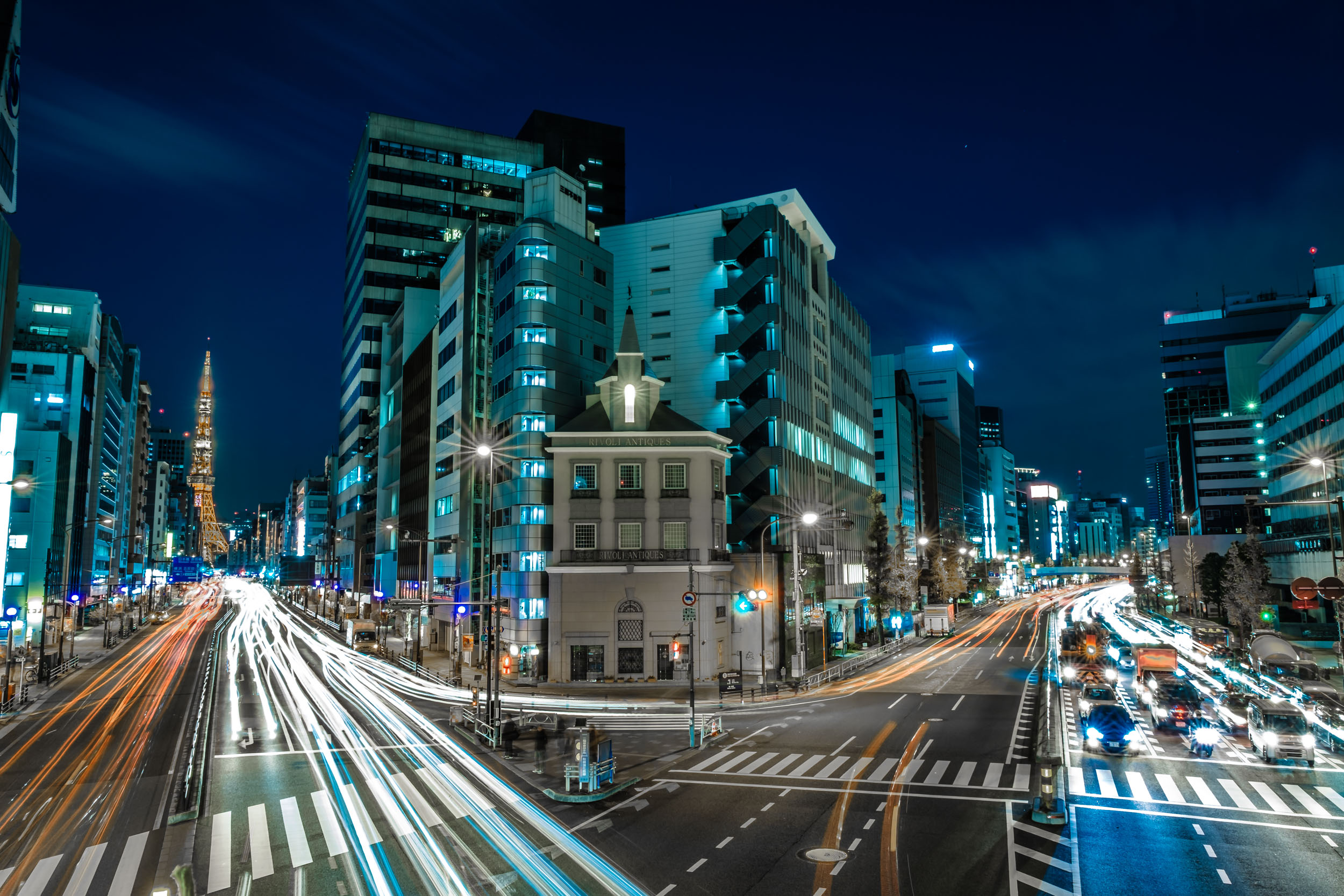 Tokyo Tower on the left and Daiichi-Keihin on the right