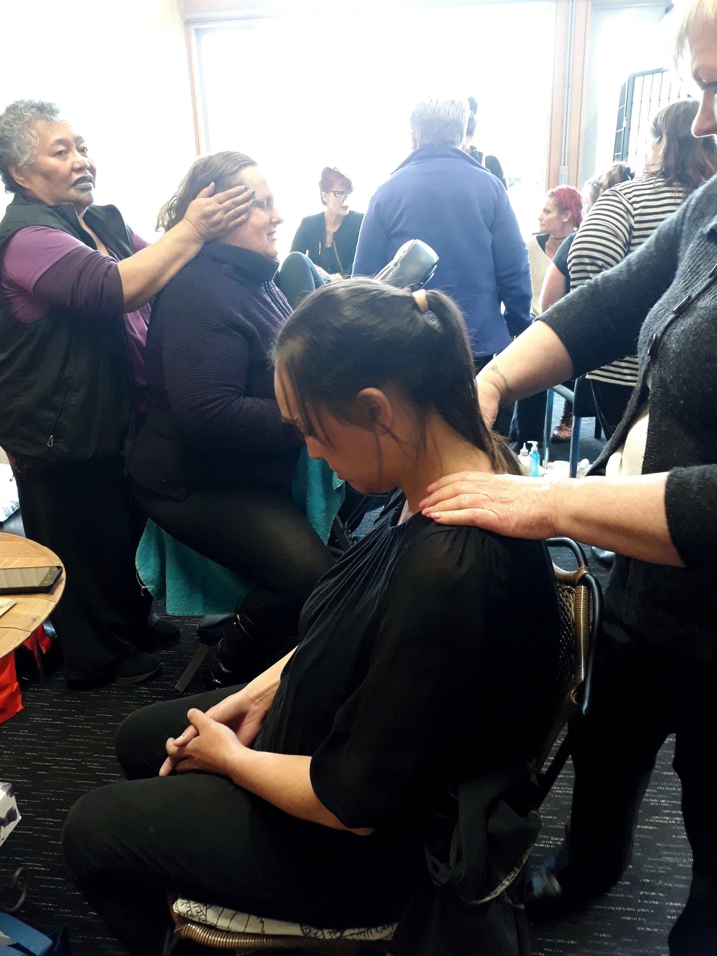 Massages for shoulder and neck for wāhine