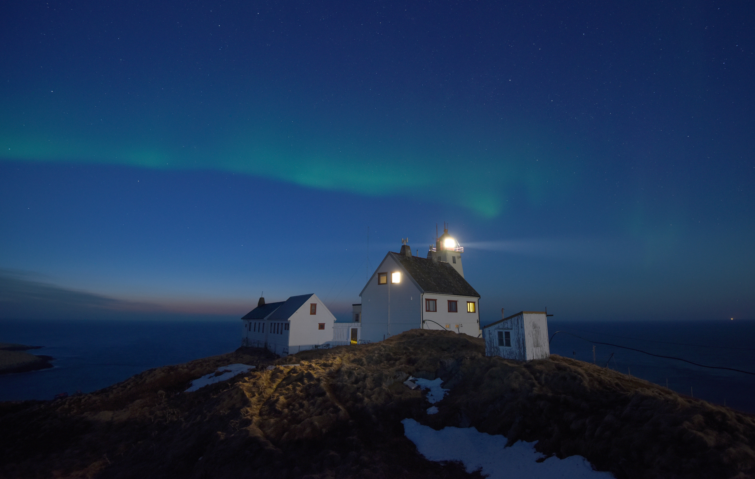 Hornøya lighthouse by night w auroras April 2015 Amundsen © Biotope.jpg