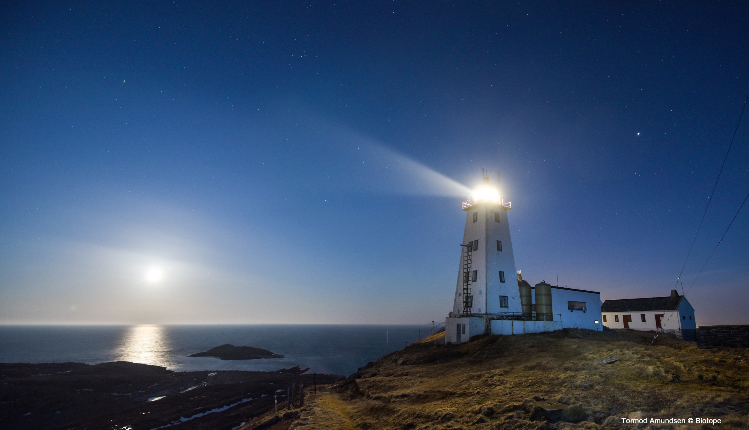 Hornøya lighthouse in full moon April 2015 med res Amundsen © Biotope.jpg