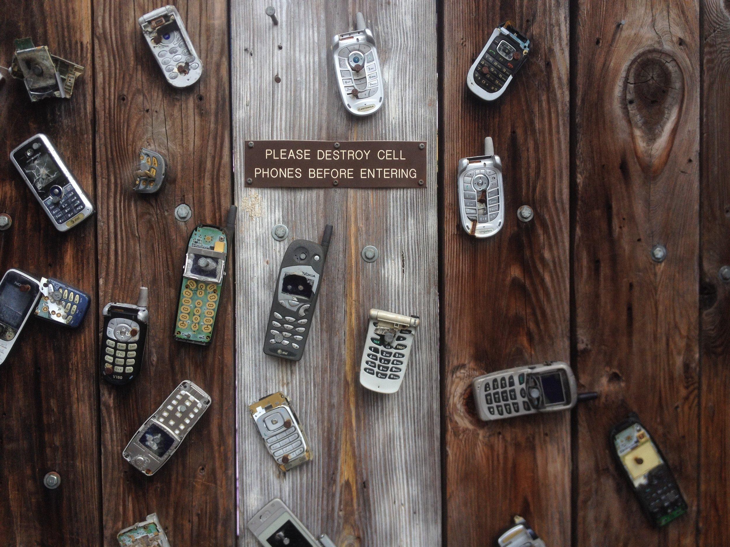 antique-broken-cell-phone-270257.jpg