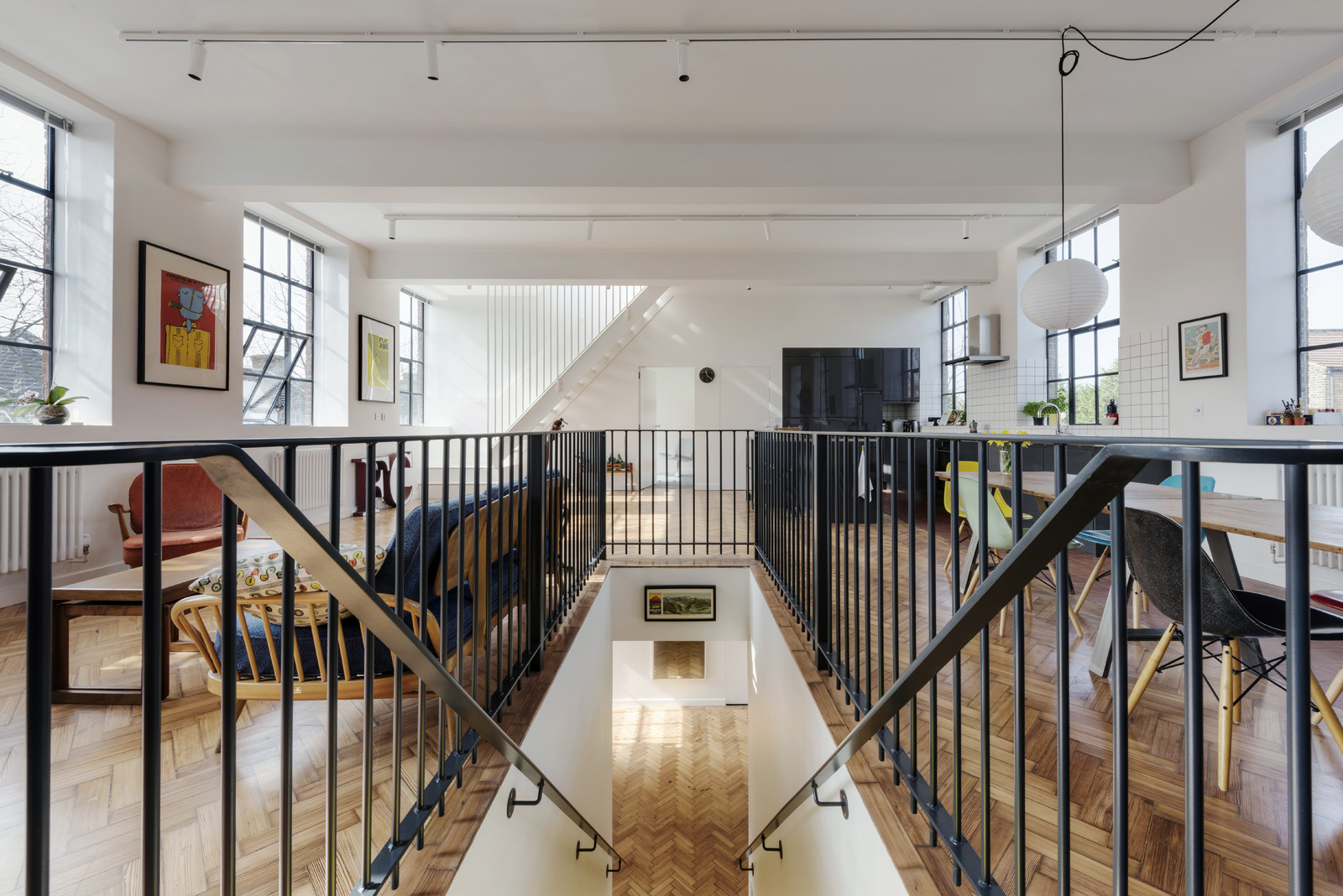 A new central staircase connects the ground- with the first floor and acts as a spatial zoning element defining kitchen, dining and living area.