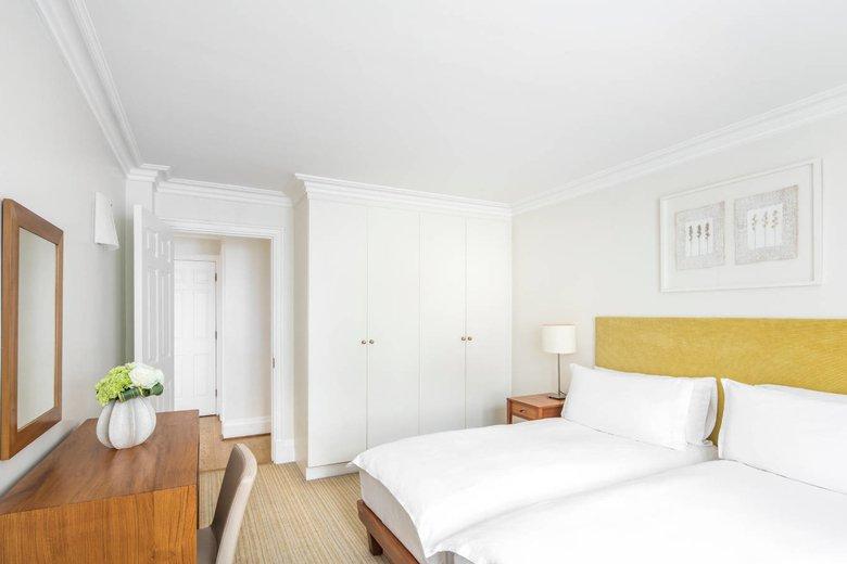 COMO-Metropolitan-London_Apartments_Brick-Street-bedroom-twin.jpg