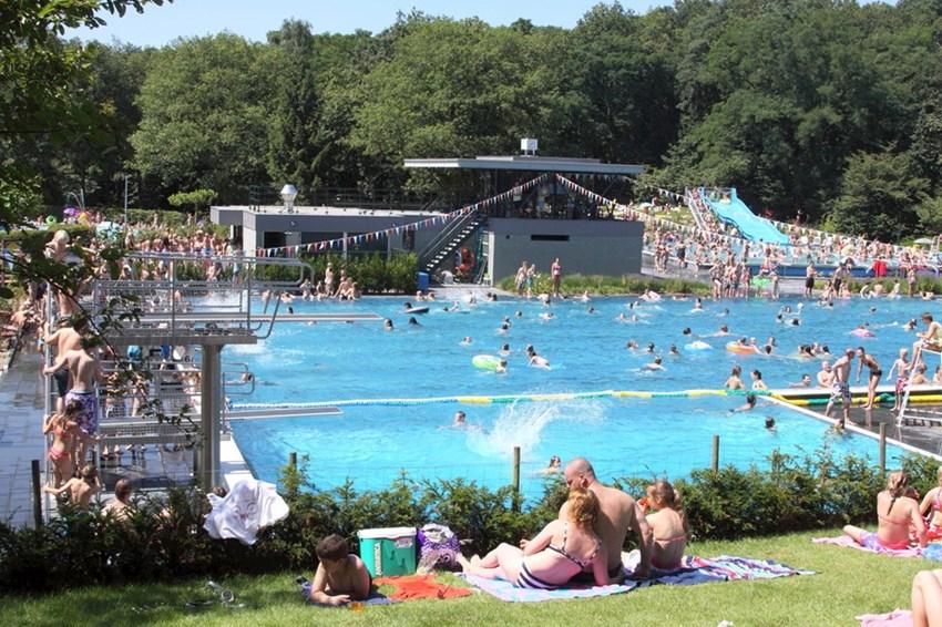 Zwembad de Sijsjesberg in Huizen decor voor Duckrace ten behoeve van het goede doel!  Lees meer
