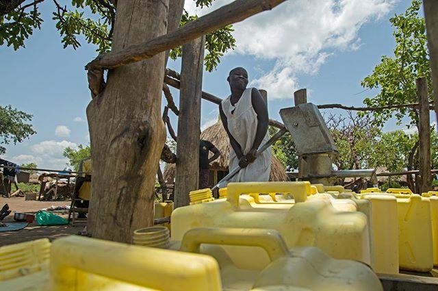 Happy World Water Day today from Palabek refugee settlement in northern Uganda 💦with IWMF . . . #uganda #palabek #southsudan #worldwaterday #water #photography #photojournalism #journalism #onassignment #iwmffellows @theiwmf #documentary #refugees #girlgaze #reportagespotlight #ladyjournos #girl #eastafrica #africa #everydayafrica