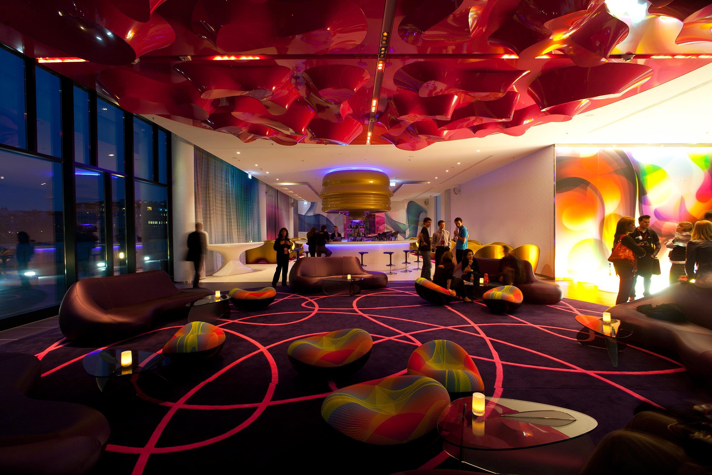 24 nhow Hotel Berlin Blick von Lobby Richtung Bar.jpg