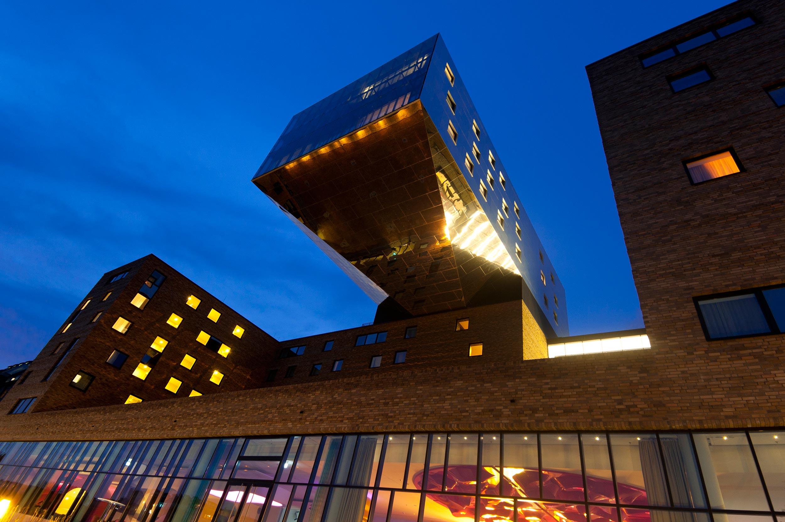 26 nhow Hotel Berlin Nachtaufnahme Südfassade.jpg