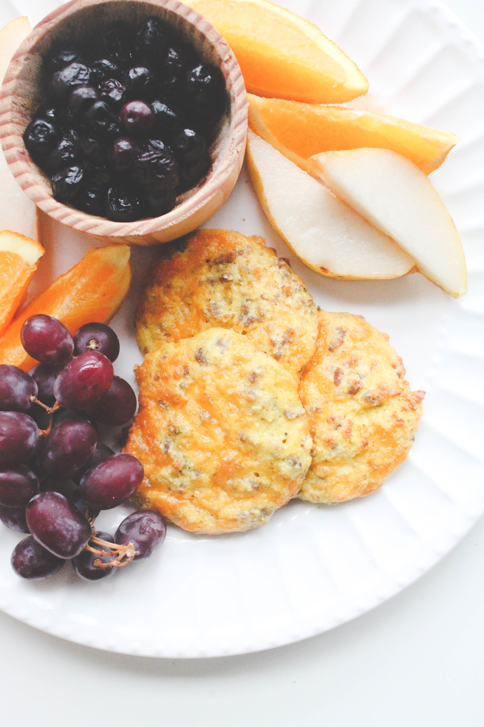- These breakfast biscuits are a protein packed, gluten free and low carb meal. Easy to bulk cook, freezes well and perfect for those hectic mornings. Stuffed with sausage, egg and cheese, these biscuits are sure to keep you full until lunch.