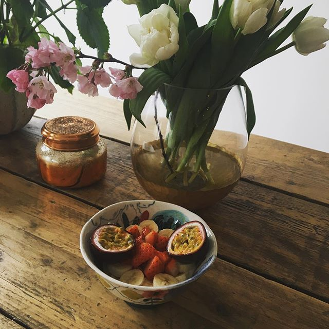 After a sleepless night with a little baby, a nourishing breakfast surrounded by flowers 🌸💪🏼 #sleeplessnights #breakfast #nourishingfood #freshfruit #fruitbowl #fruitandyogurt #passionfruit #motherhood #cherryblossom