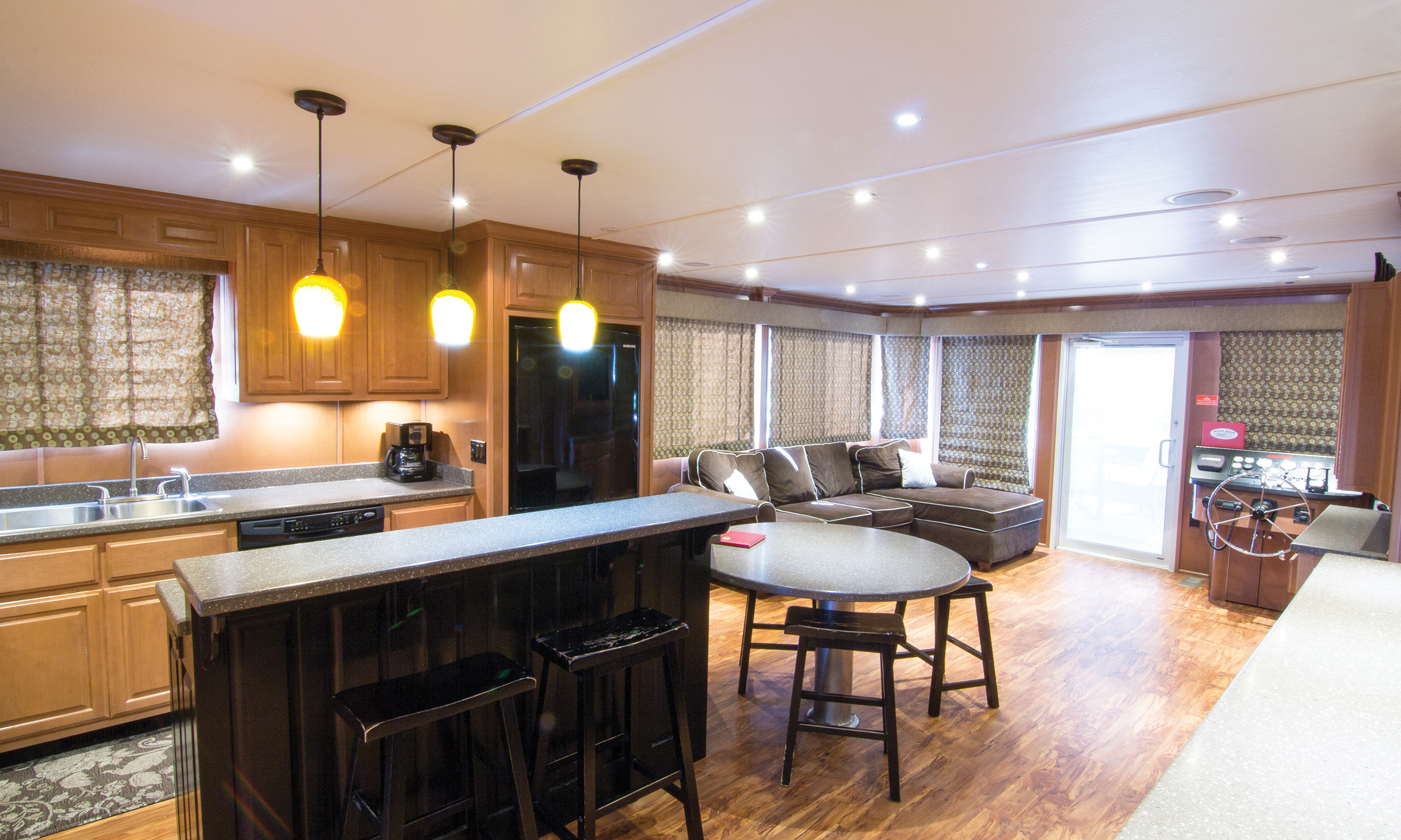 Suzanne-Houseboat-Interior-3