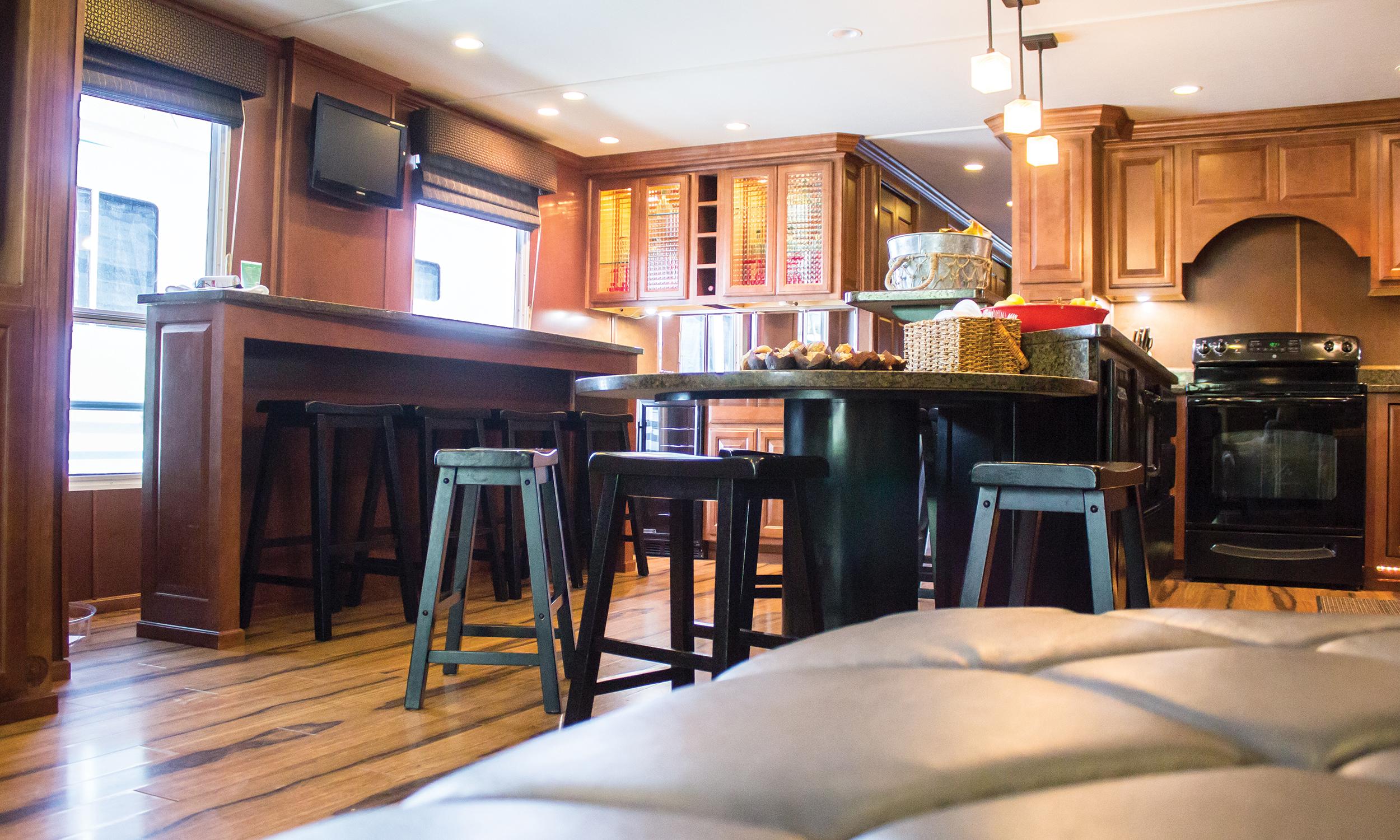 Shirley-Ann-Houseboat-Interior-3