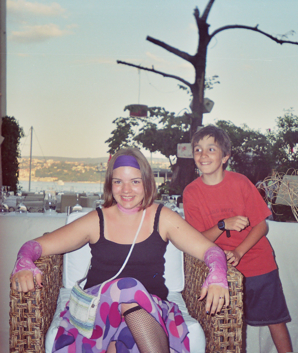 Eda as a child with her brother in Turkey.