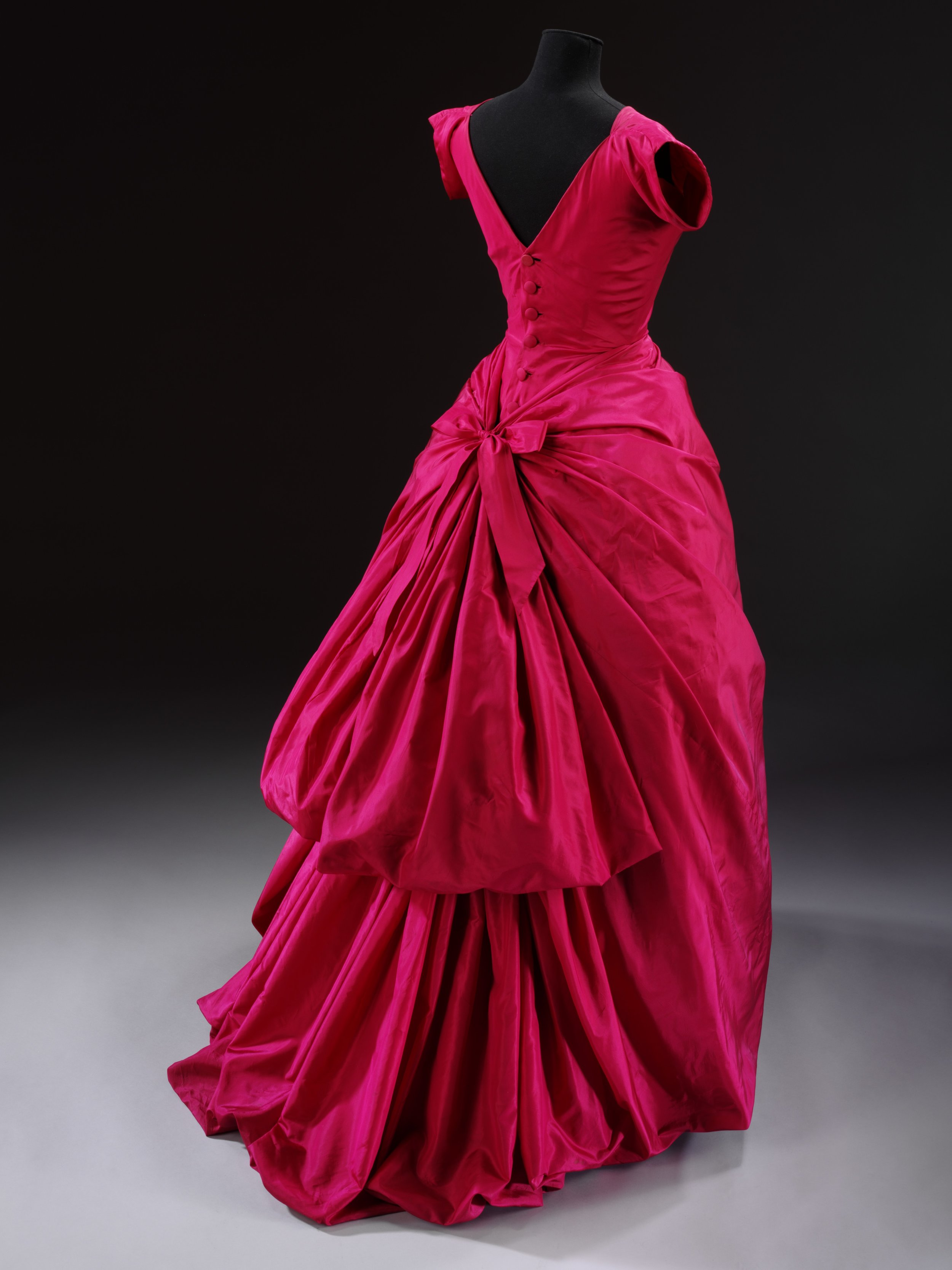 Evening dress, silk taffeta, Cristóbal Balenciaga, Paris, 1955 © Victoria and Albert Museum, London.