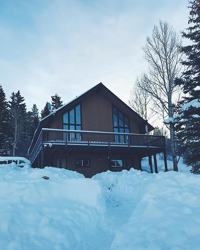 HUGE thanks to my super generous cousin who showed us an amazing time in Steamboat, and hooked us up with this beautiful ranch house for my birthday. It was out of cell range, covered in fresh snow, and filled with family. Just what I wanted 🏂❄️💖 #steamboat #colorado #birthdaydigs #thirtythree