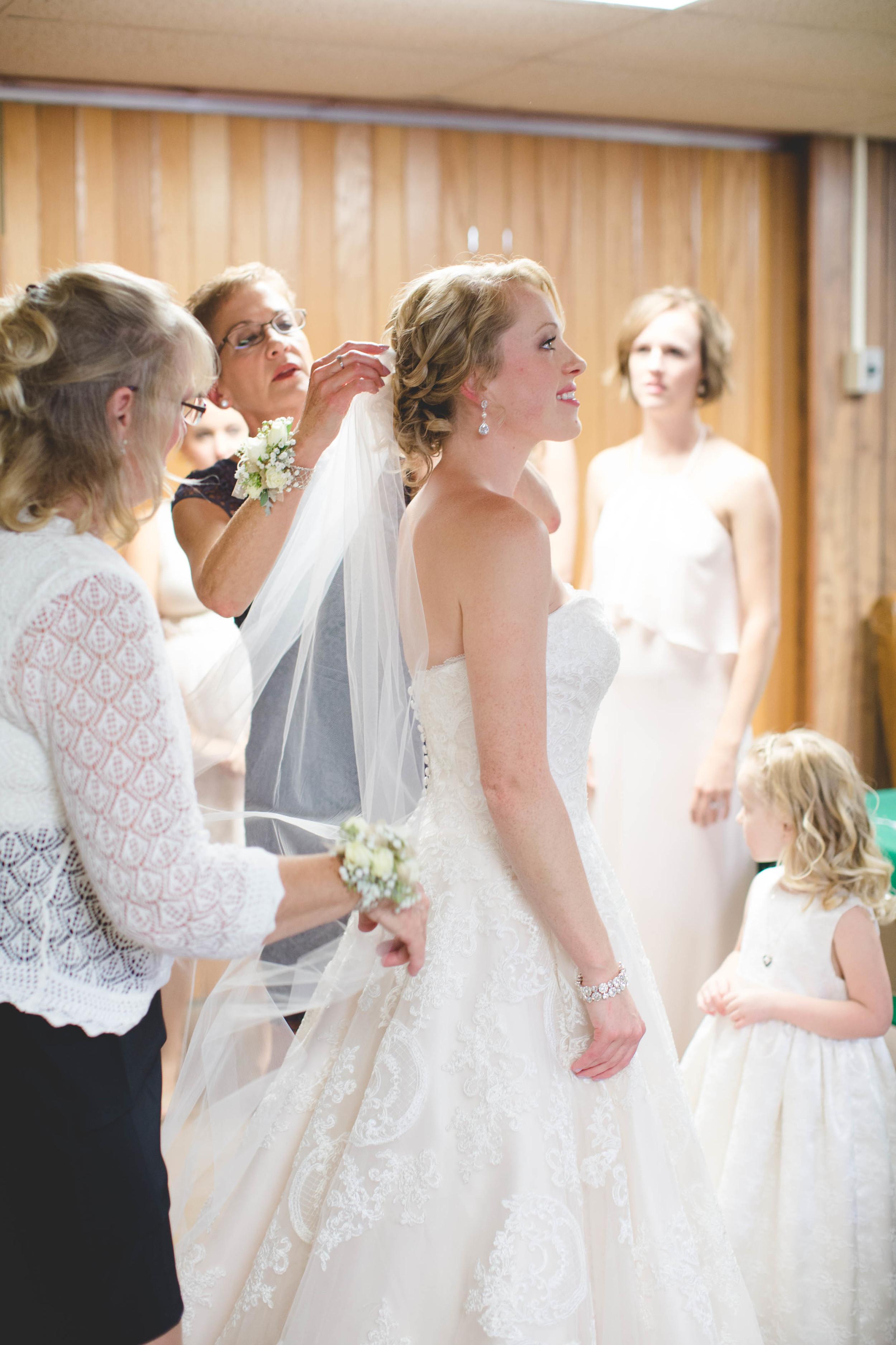 #mnwedding #mnphotographer #countrycharm #bride #gettingready