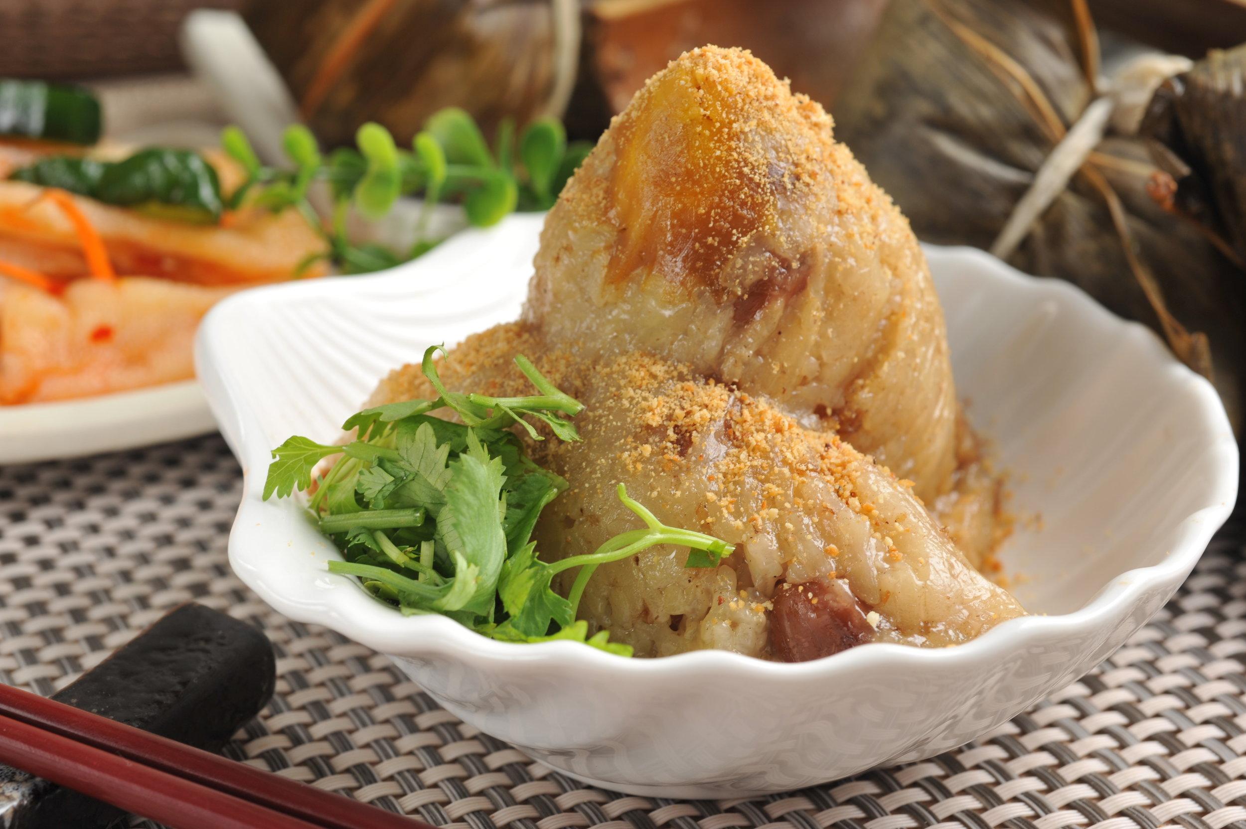 ▲南部粽是生糯米直接包進粽葉中用滾水煮熟,吃起來口感會比較黏糯軟爛。