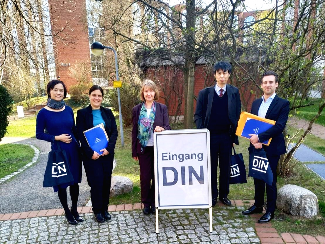 (Left to right: Ms Angela the GM of A.A.; Ms Juliane Jung and Ms Kristin Marquardt, Food and Agricultural Products (NAL) DIN Standards Committee; Mr Ho, Tzyy-Yih from Taipeh Vertretung in der Bundesrepublik Deutschland; Mr Timo Driemer the Chief Business Officer of A.A.