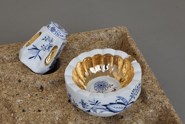 Arlene-Shechet-Scallop-Bowl-Fluted-Gold_Pillar-Jar-53109-with-Gold-Hand-Holds_2012-Install_11.jpg
