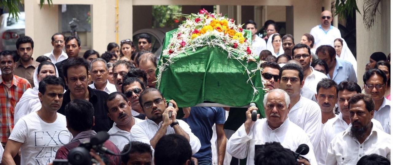 bhiu139zibh38103.D.0.Funeral-procession-of-actress-Jiah-Khan-from-her-residence-in-Juhu-Mumbai-2-.jpg