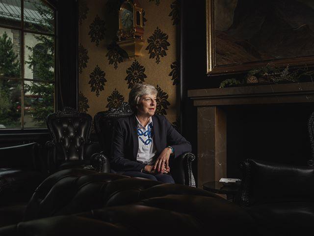 Portrait of @theresamay  in the lounge of the @zermatterhof.  #portraitphotography #theresamay #zermatt