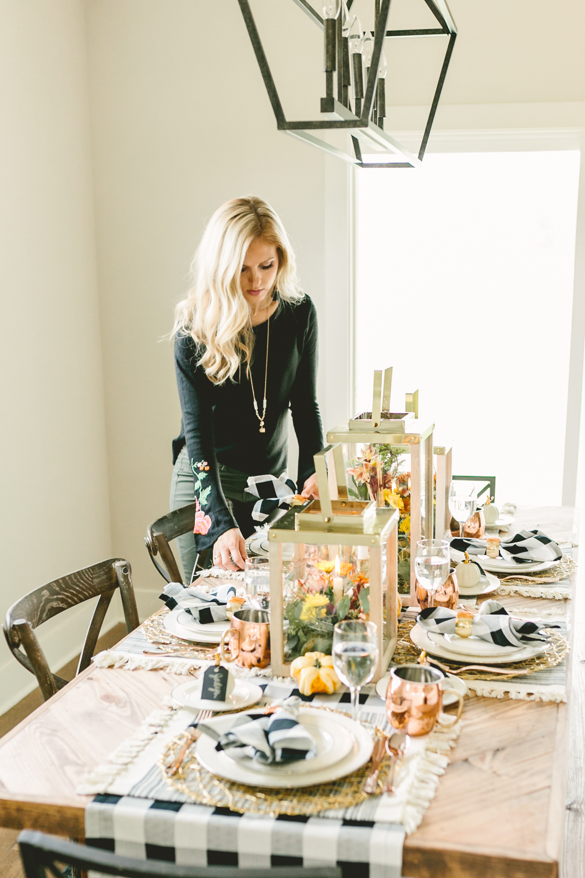 Whitney from Dazzling Hospitality provided a warm, metallic tablescape at Friendsgiving this year!